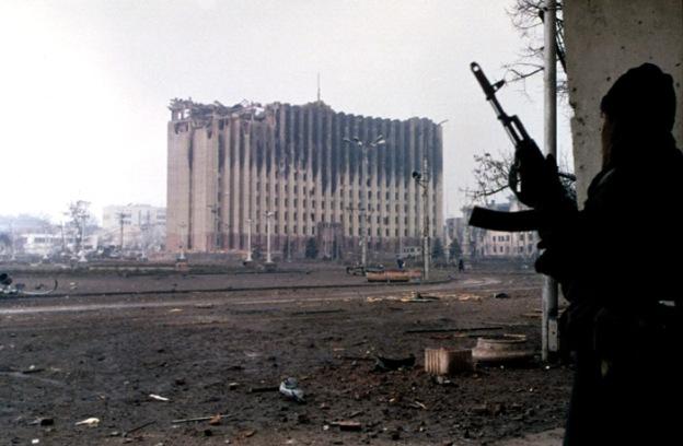 Evstafiev, Chechnya. Tjetjenska parlamentet efter en rysk bombräd under det första tjetjenkriget